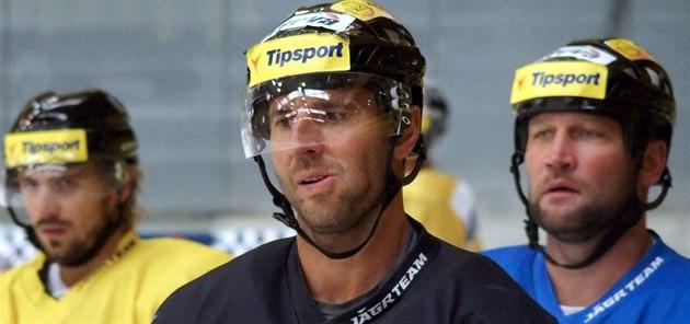 Trénink hokejist� Litvínova - Martin Ru�inský uprost�ed, vlevo Franti�ek Luke�,...