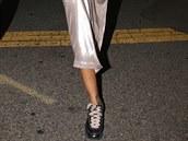 Zpěvačka Rihanna v šatech NastyGal a teniskách Lanvin