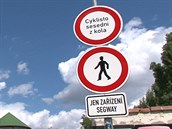 Loni se na pražské Kampě objevila tato značka zakazující vozítkům segway vjezd.