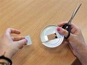 Stříhej opatrně, aby ses neřízl/a o ostré okraje rozstříhaného víčka.