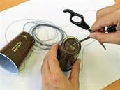 Do středu dna obou kelímků udělej nůžkami nebo kružítkem malý otvor.
