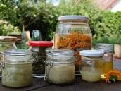 Zleva he�mánkový, konopný a m�sí�kový olejí�ek, které lze pou�ívat i jako b�né...