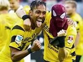 Pierre-Emerick Aubameyang (vlevo) a Kevin Grosskreutz v masce Spidermana oslavují triumf v německém Superpoháru nad Bayernem.