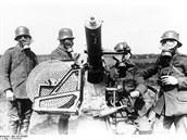 Německá obsluha kulometu v protiplynových maskách. Zdá se, že jde o tzv....