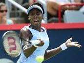 FINALISTKA. Venus Williamsová se na turnaji v Montrealu dostala do finále přes svoji sestru Serenu. Takhle pak odvracela míček v souboji s polskou soupeřkou Agnieszkou Radwaňskou.