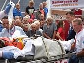 Zdravotníci nakládají Zdeňka Štybara do sanitky po jeho ošklivém pádu ve čtvrté etapě závodu Eneco Tour.