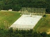 Rádiová observatoř Big Ear. Vpředu je parabolický reflektor, vzadu plochý....