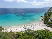 Plá� Cala Filli pat�í mezi ty nejromanti�t�j�í na Sardinii.