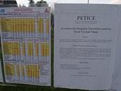 Petice visí nap�íklad také na zastávce hromadné dopravy u novoveského...
