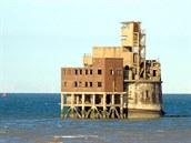 Grain Tower Battery se ty�í z vody asi kilometr od ostrova Isle of Grain v ústí...