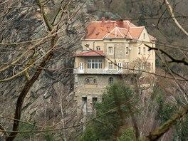 Dům nad hrází znojemské přehrady je vetknutý do skály.