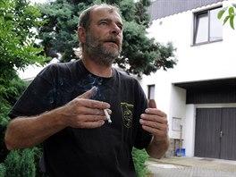 Jiří Vašků před domem v Raškovicích, kde se loni 4. listopadu odehrála obrovská...