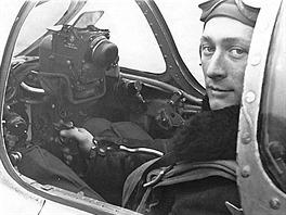 """Míťa Milota na jedné ze dvou dochovaných fotografií ve """"svém"""" MiGu-15."""