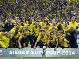 Dortmundští fotbalisté oslavují triumf v němreckém Superpoháru, v zápase...