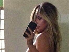 Nejrad�i Kim Kardashianov� fot� sv� ob�� pozad�.