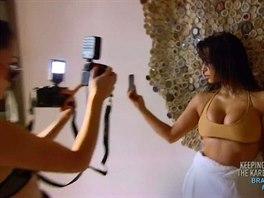Kim Kardashianov� si fot� selfie i p�ed objektivem profesion�ln� fotografky.
