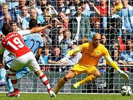 PRVN� G�L. Santi Cazorla z Arsenalu p�l� na branku Manchesteru City a je...