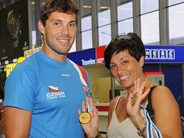 Josef Dostál s maminkou a dvěma zlatými medailemi z mistrovství světa po