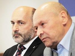 CO JIM BĚŽÍ HLAVOU. Trenér Miroslav Koubek (vpravo) a majitel plzeňského klubu Tomáš Paclík na tiskové konferenci.