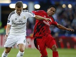 SOUBOJ. Toni Kroos z Realu Madrid (vlevo) vede m�� v utk�n� o Superpoh�r,