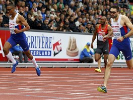 Vítězný Martyn Rooney (vpravo) a Matthew Hudson-Smith ve finiši finále na 400...