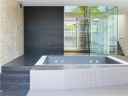 Wellness zóna má mozaikový obklad z přírodního onyxu.