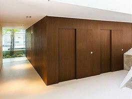 Dřevo wengé zatepluje interiér přízemí.