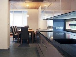 Moderně zařízená kuchyň je oddělená od obývacího prostoru, ale zároveň