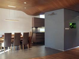 Zvlněný strop vyrovnává výšky podlaží,staré části a přístavby a současně je