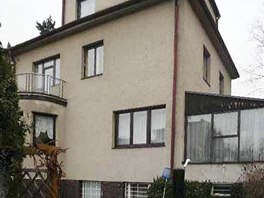 Léta se na stavu domu z roku 1936 podepsala. Okna byla nahrazena hnědými s