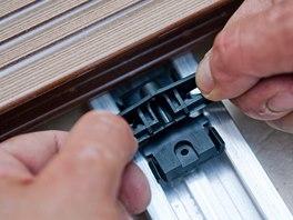 Spony se k podkladové konstrukci přichytí pomocí vrutů.