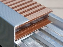 Po montáži celého povrchu terasy se namontují již jen zakončovací profily.