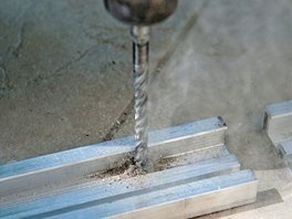 Podkladov� konstrukce se k povrchu p�ipev�uje vruty.