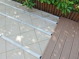 U každé hrany terasy, včetně zdí domů je potřeba nechat potřebný prostor pro