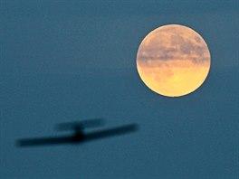 V neděli večer ozářil oblohu superměsíc. Byl v úplňku a blíž Zemi než obvykle.