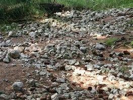 Všude kolem plotu lze pozorovat stopy usilovné činnosti amatérských mineralogů.