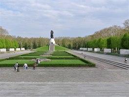 Obří Sovětský válečný památník v Treptower parku v Berlíně upomíná na vojáky...