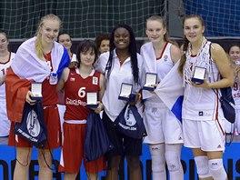 České basketbalistky Julia Reisingerová a Adéla Neubauerová (zleva) coby členky...