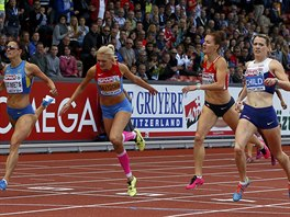 Elidh Childová (zcela vpravo) dobíhá jako první v závodě na 400 metrů překážek...
