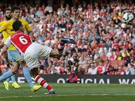 Laurent Koscielny (zády) z Arsenalu střílí vyrovnávací gól proti Crystal Palace.