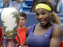 Serena Williamsov� hrd� p�zuje s trofej� pro v�t�zku turnaje v Cincinnati.