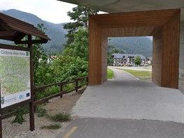 Druhé rozvodí: z Camporossa cyklostezka několik desítek kilometrů klesá po...