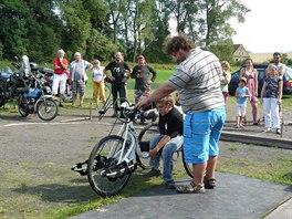 Martin Čepl mladší zkoušel za pomoci svého otce, jak se ovládá handbike. Kolo...