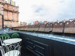 Součástí bytu je soukromá střešní terasa.