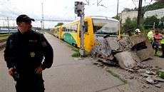 Osobní vlak na Smíchovském nádra�í zastavil a� o zará�edlo. (18. srpna 2014)
