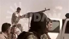 Kurd�tí vojáci bojují proti ozbrojenc�m z Islámského státu u Machmúru, 60...