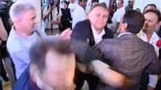 Ukrajinský poslanec Oleksandr �ev�enko jednou ranou knokautoval lídra tamní...