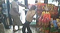Záb�ry kamer z obchodu zachytily, �e zast�elený �erno�ský mladík kradl