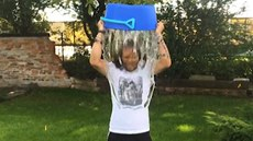 Kraj�o na sebe vylil kýbl s vodou a nominoval Messiho