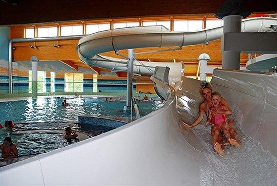 Hosté Lipno Lake Resortu mají v ceně pobytu vyhřívaný venkovní bazén nebo vstup do aquaparku zdarma